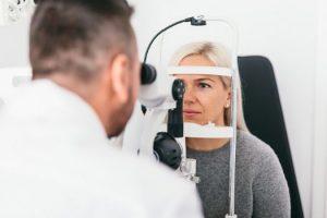 Una paciente se realiza un chequeo oftalmológico.